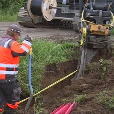 Laajakaistaa kaivetaan maahan Pielavedellä.
