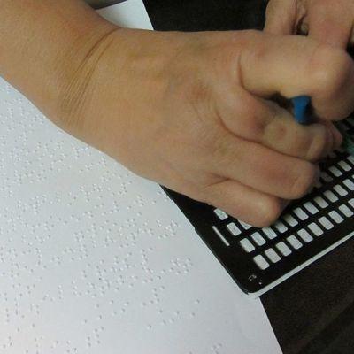 Postikortin kokoinen pistekirjoituslevy helpottaa vaikkapa kauppalistan tekemistä