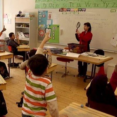 Oppilaat viittaavat oppitunnilla Joutsenon Korvenkylän koulussa.
