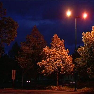 Katulamppu palaa hämärällä kadulla.