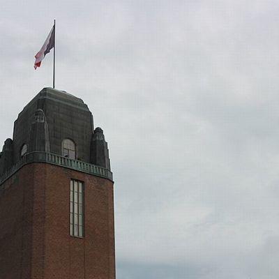 Joensuun kaupungintalon torni muistuttaa muotokieleltään Helsingin rautatieasemaa.