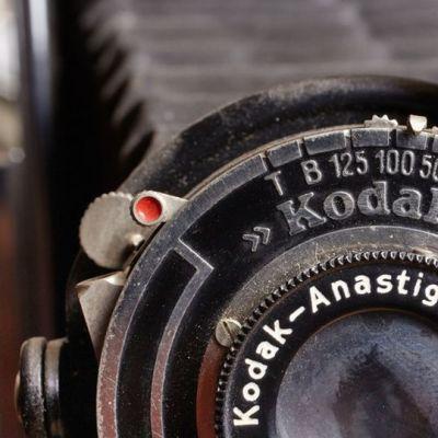 Lähikuva vanhasta Kodakin kamerasta ja sen linssistä.
