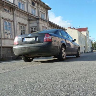 Tornion Hallituskadun remontti kävelypainotteiseksi kaduksi leventää jalkakäytäviä molemmin puolin ja vinoparkit muuttuvat suoriksi.