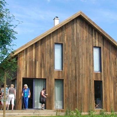 Lappeenrannan loma-asuntomessujen taloantia. Ekotehokas Lootos-talo edustaa loma-asumista vähiten vaatimattomasta päästä.