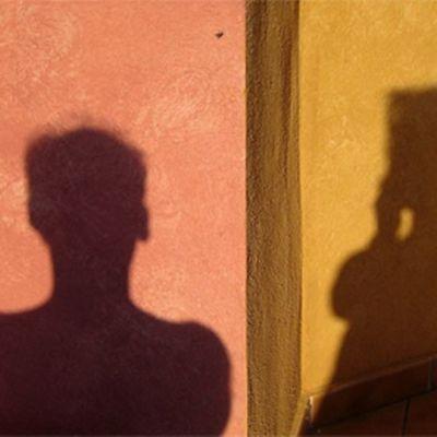 Miehen ja naisen siluetit seinällä.