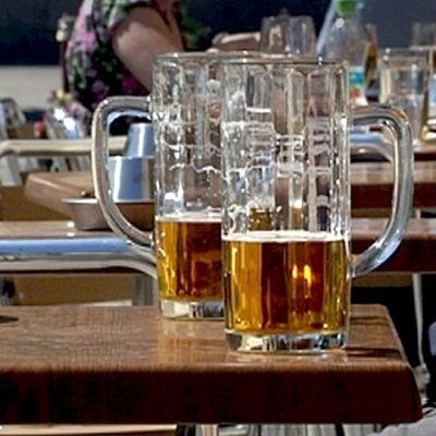 Oluttuoppeja pöydällä.