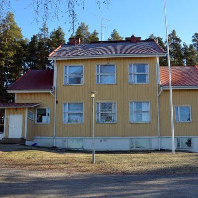 Kuvassa keltainen koulurakennus