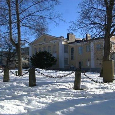Rakennus kuvattuna talvena ulkoapäin.