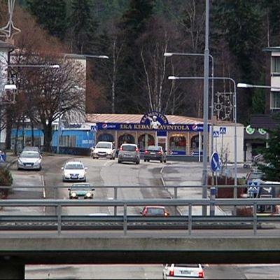 Autoja liikkuu Alavuden keskustassa.