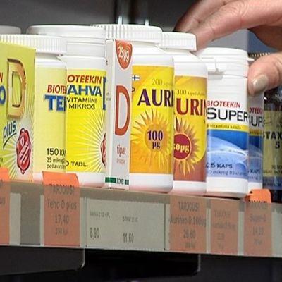 Vitamiinipurkkeja kaupan hyllyssä