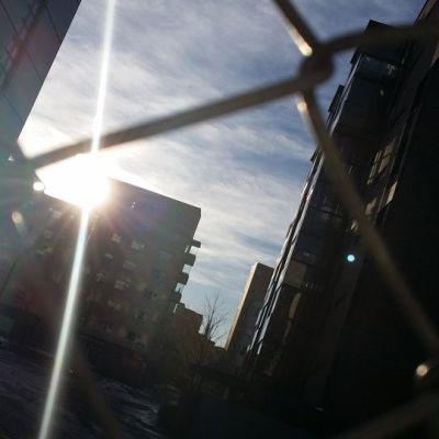 Aurinko pilkistää Itä-Pasilassa.