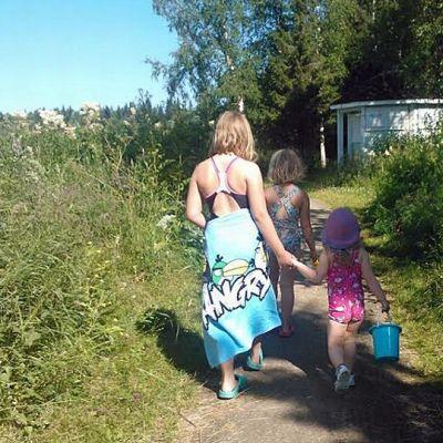 Lapset menossa uimarannalle