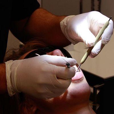 Kuvassa hammaslääkäri tekee perustarkastusta.