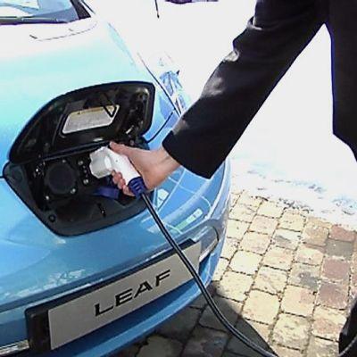 Nissan Leaf -sähköautoa ladataan.
