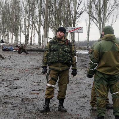 Venäjämieliset separatistit partioivat Uglegorskissa.
