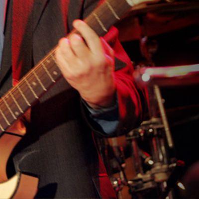 Muusikko soittaa kitaraa.