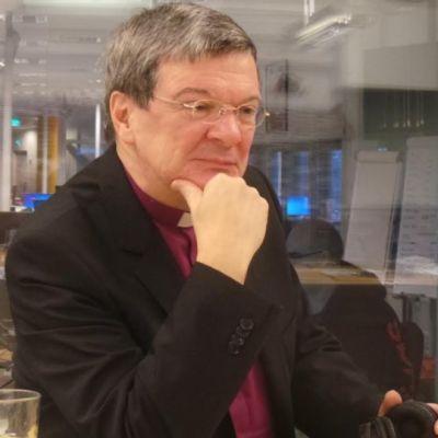 Piispa Kaarlo Kalliala studiopöydän ääressä.