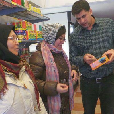 Kauppias Almheina Mudhafa esittelee kauppaan saapuneille asiakkaille tuotteen sisätöä.