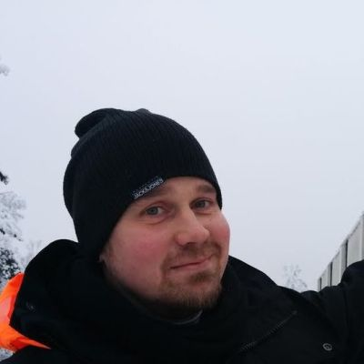 Lumenpudotuksia tekevä yrittäjä osoittaa jäähallin räystäälle kertyvää lunta.
