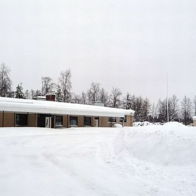 Maulan koulu, ulkorakennus ja leikkitelineet lumen alla