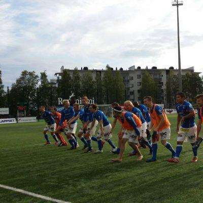 Rovaniemen Palloseuran pelaajat valmistautuvat tuuletukseen