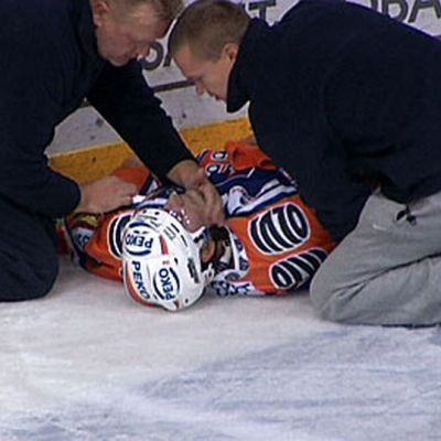 Loukkaantunut pelaaja jäällä.