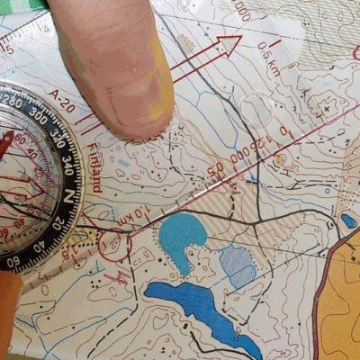 Kompassi ja suunnistuskartta.