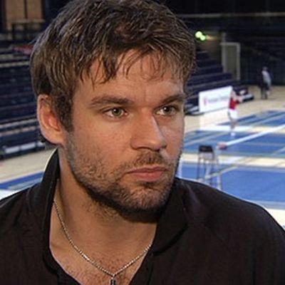 Ville Lång hävisi MM-kisojen avausottelunsa suoraan kahdessa erässä.