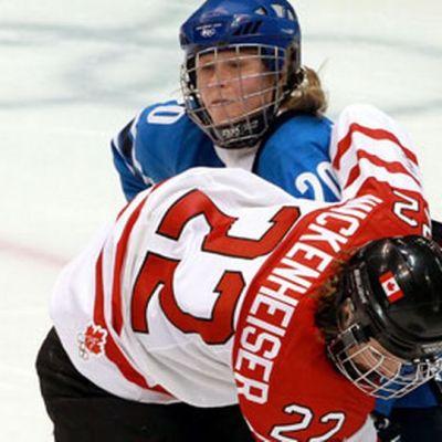 Saija Tarkki yrittää pysäyttää Hayley Wickenheiserin.