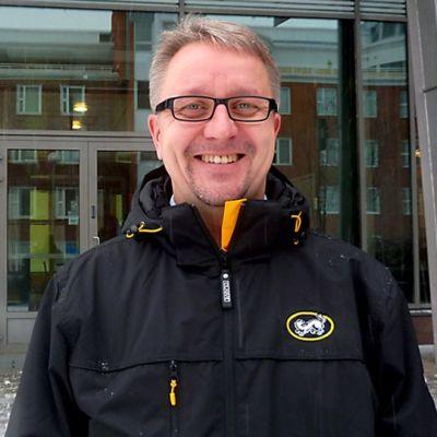 Mika Pieniniemi valmentaa naisten jääkiekkomaajoukkuetta