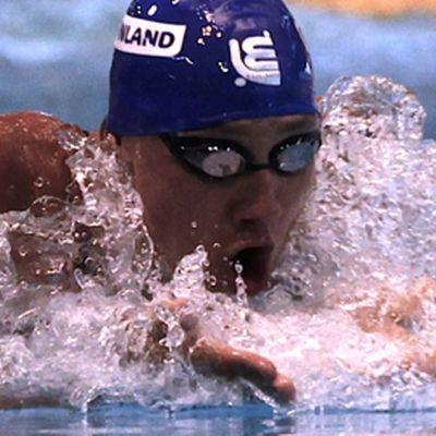 Matti Mattsson ui altaassa.