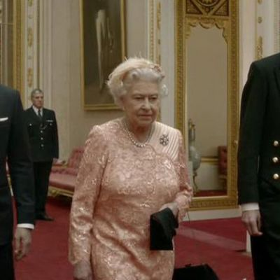 James Bond (Daniel Craig, vas.) haki kuningatar Elisabet II:n olympiakisojen avajaisiin.