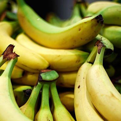 Banaaneja kaupan hedelmätiskillä.