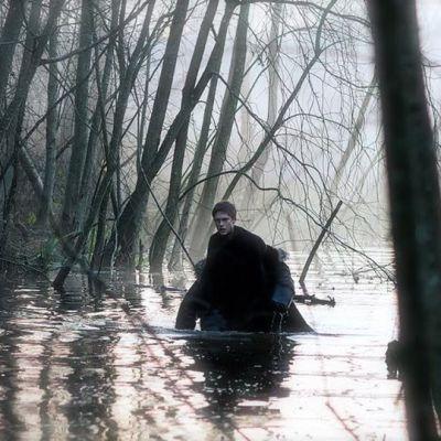 Krista Kosonen kahlaa vedessä elokuvassa Kätilö.