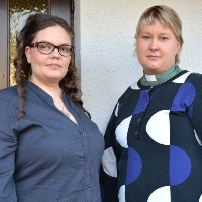 Kainuun A-klinikan sosiaalityöntekijä Eeva-Maria Lappalainen ja Kajaanin seurakunnan diakoniatyöntekijä Riitta Laatikainen.