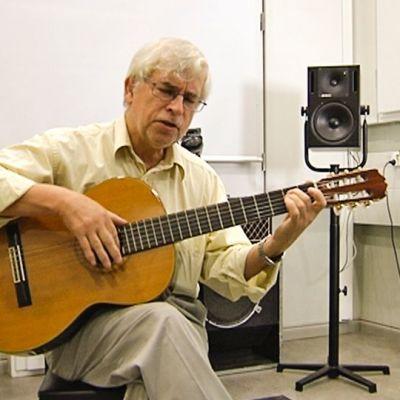 Alfonso Padilla soittaa kitaraa.