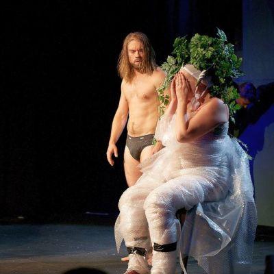 24H-konsepti valmistaa vuorokauden aikana tyhjästä näytelmiä esityskuntoon. Lopputulokset ovat yllättäviä. Kuvassa viime vuoden tapahtuman esityksessä mukana Raimo Grönberg, Joonas Saartamo ja Tanjalotta Räikkä.
