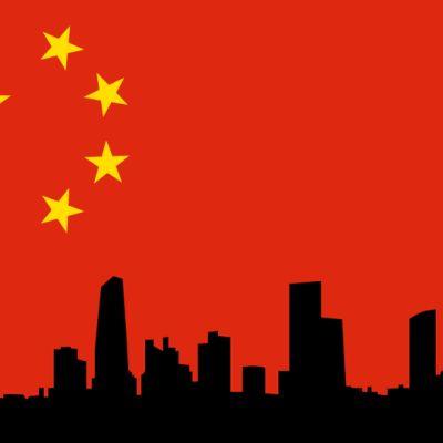 Kiinan lippu ja suurkaupungin siluetti