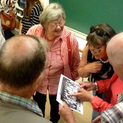 Muuratsalon koulun oppilaat 50-luvulta tapaavat luokkakokouksessa ja katsovat vanhaa luokkakuvaa.