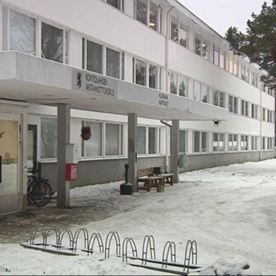 Kontiolahden vastaanottokeskuksen sisäänkäynti.