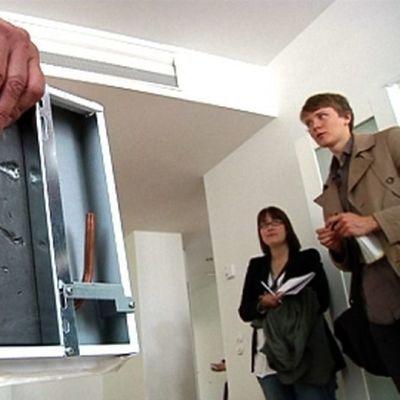 Kaukokylmä jäähdyttää asuntoja esimerkiksi kattoon asennettavalla kylmäpaneelilla.