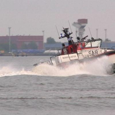 Reposaaren meripelastusseuran uusi alus kiihdyttää vauhtia satama-alueella.
