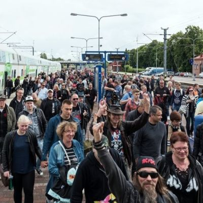 Ihmisiä astuu ulos junasta Hämeenlinnan asemalla