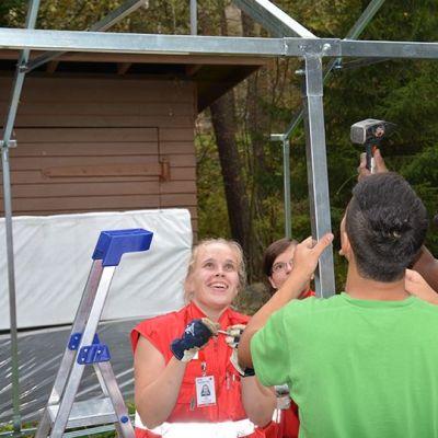 SPR:n vastaantottokeskuksen pihalle Pansiossa pystytetään telttoja majoitusta varten.