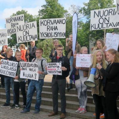 Lukiolaisten mielenosoitus Hämeenlinnan torilla