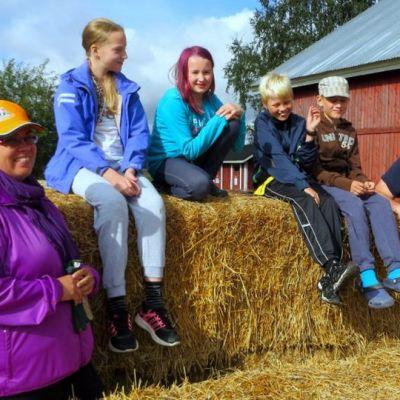 Kuvassa vasemmalta Elina Hujanen, Riikka Nuutinen, Ida Rämö, Aaron Heino, Joonatan Yli-Kahrakuusi ja Juha Mäkelä