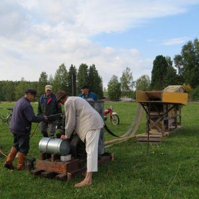 vanha puimakone pellolla, maamoottori