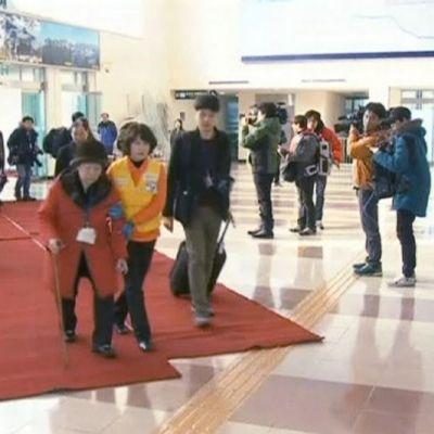 Eteläkorealaisia saapumassa tullirakennukseen Goseongissa matkallaan tapaamaan Pohjois-Koreassa asuvia sukulaisiaan.