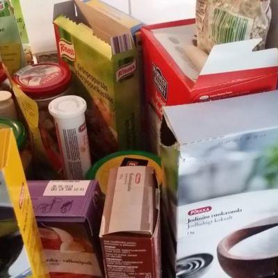 Avattuja kuivruokapaketteja pöydällä.