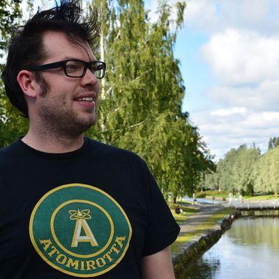 Jonas Olsson Kokkolan keskustassa sillalla taustalla puita ja kaupunginsalmi eli Sunti.